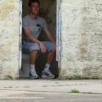 Die Toilette in der Ecke des Hofes hatte keine Türen. Hier finden die Sitzungen ziemlich öffentlich statt.