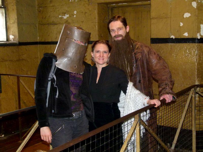 Nicole posiert mit den Schauspielern des Theaterstücks.