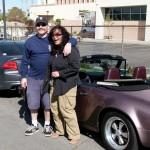 Alby und Mai vor ihren Autos