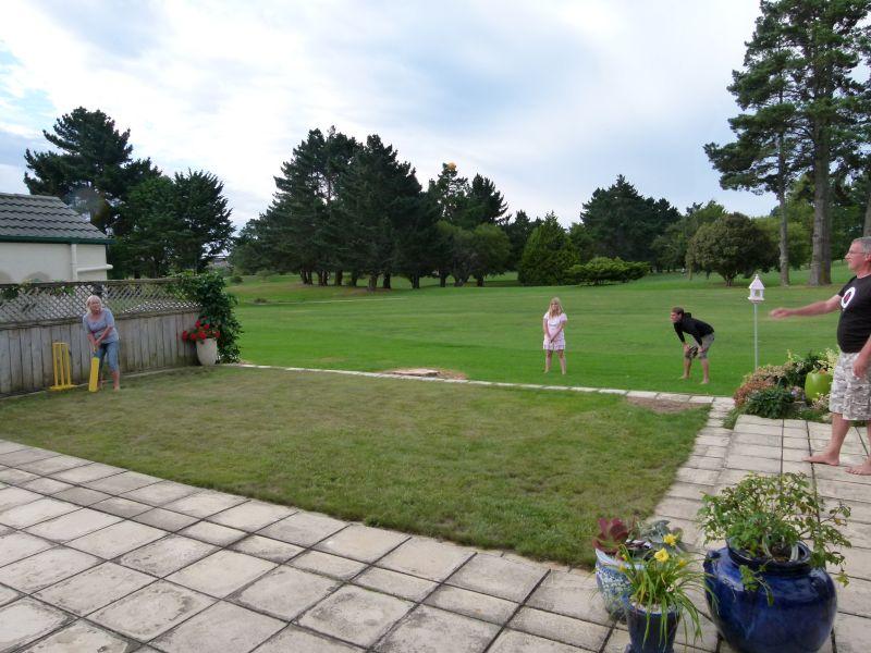 Ein kleines Spiel im Garten der Fulchers
