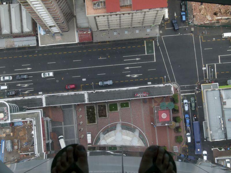 Ganz schön freakig. Hier steht man 200 Meter über der Erde auf einer 3cm dünnen Glasscheibe.
